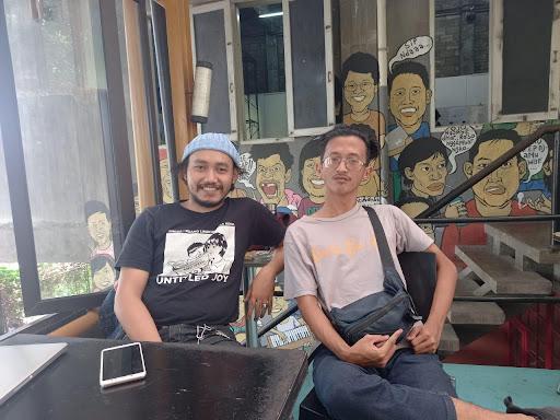 Riyan Kresnandi (kiri) dan Ridho dari Komunitas Sakatoya (kanan) di Kedai Kebun Forum, Senin (13/9/2021) lalu.